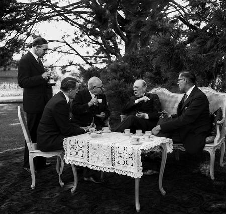 Eine Bundesratsdelegation trifft Winston Churchill im September 1946 im Garten des Schlosses Allmendingen © KEYSTONE/Photopress.