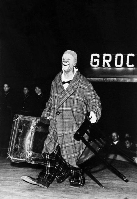 Le clown entrant en piste dans son propre cirque. Photographie vers 1952-1954 © KEYSTONE/Photopress.
