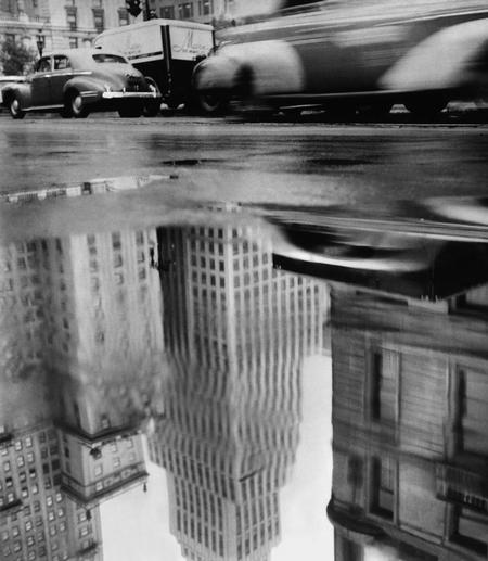 Pluie à New York, Central Park South. Photographie de Robert Frank, 1948 (Fotostiftung Schweiz, Winterthour) © Pace/MacGill Gallery, New York.